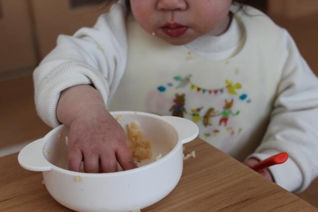 1歳半の我が子との食事。ごはんを投げるのには理由がある!
