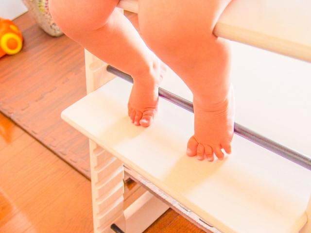 うちの子落ち着きがない?赤ちゃんが食事用椅子に座らない!