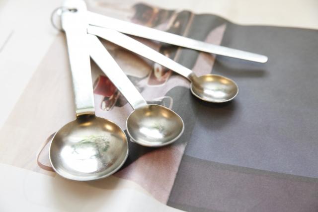 小麦粉を量るときにグラム数と計量カップを換算する方法