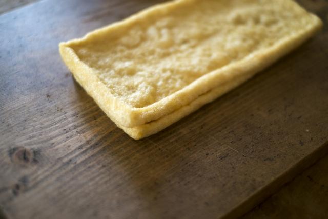味噌汁の定番具材である揚げの正しい下準備と切り方とは?