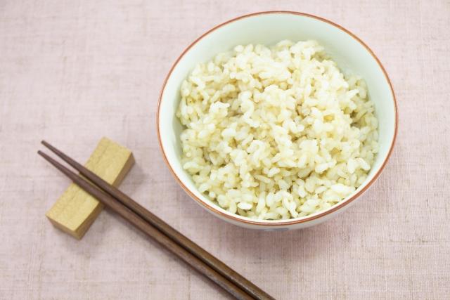 玄米は栄養価が高いからおかずがいらないって本当なの?