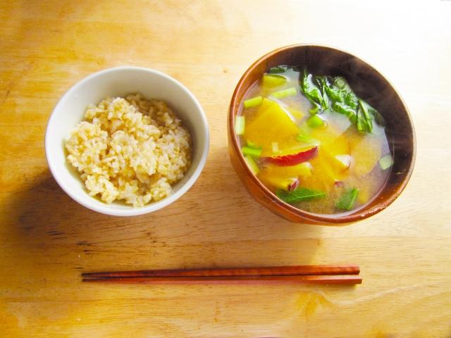 玄米と味噌汁だけで痩せた!ご飯好きに最適なダイエットとは