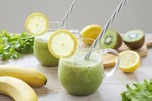 グリーンスムージーと牛乳で作る低カロリーバランスドリンク
