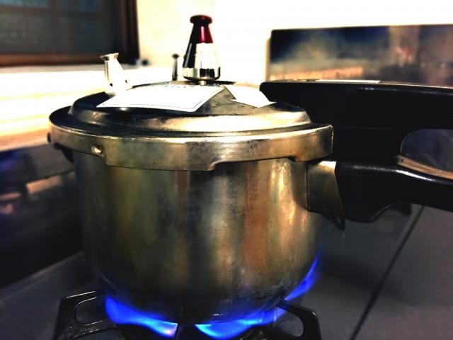 玄米を圧力鍋で炊くとき、水の量はどのくらいにすればいい?